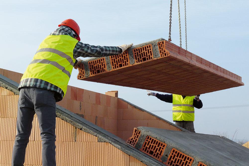 Masívna, tzv. ťažká strecha má vysokú tepelnoakumulačnú schopnosť, vďaka čomu preukázateľne eliminuje letné prehrievanie a zmenšuje teplotné výkyvy v podstrešnom priestore. Pozitívom je tiež účinná zvuková izolácia.