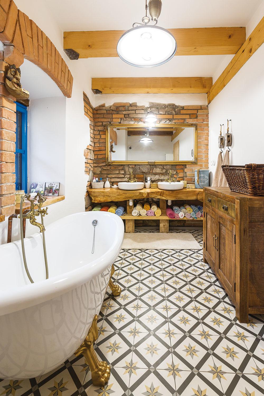 V kúpeľni bolo murivo také vypadané, že ho bolo treba nanovo vyškárovať. Viedlo sem len jedno okno, no použili sa pôvodné hranolce hrazdenia, domuroval sa medziokenný stĺp adoplnili sme ďalšie okno. Takto je predsa len viac svetla.