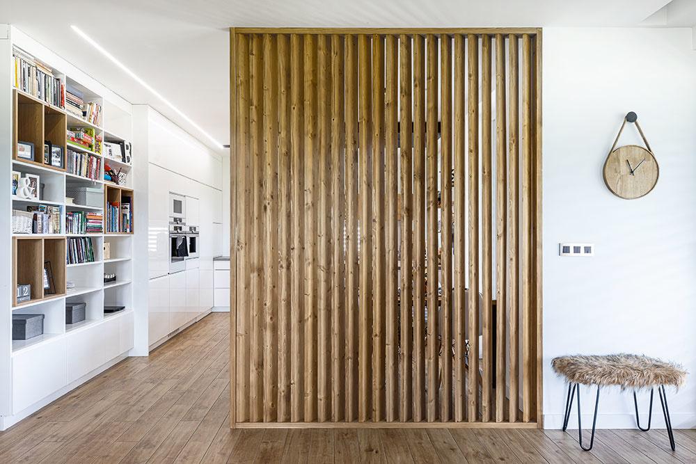 Striedma farebnosť asvetlé drevo, kombinácia typická pre škandinávske interiéry – votázke farebnosti mali manželia od začiatku jasno.