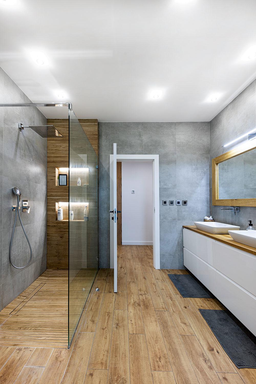 Kúpeľňa je v dome len jedna, no zato parádne veľká – okrem sprchovacieho kúta a dvoch umývadiel sa sem zmestila aj veľká vaňa, v ktorej sa môžu chlapci do vôle hrať.