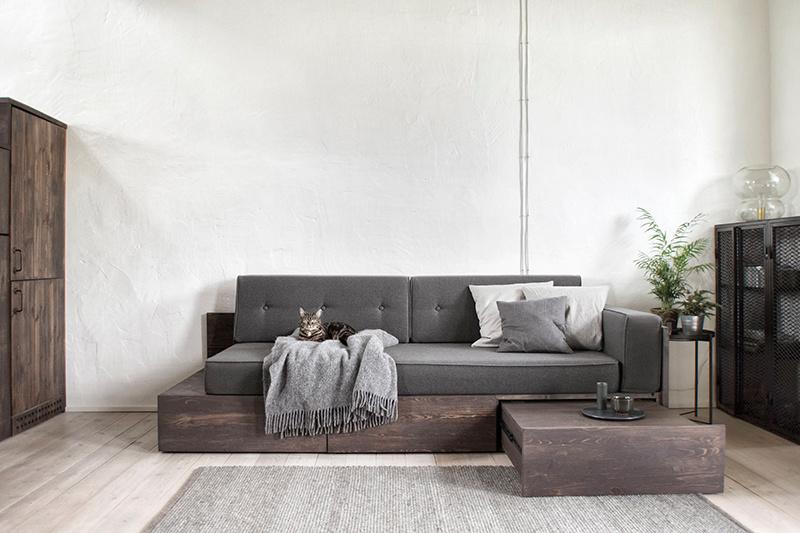 Sivá pohovka v obývacej izbe
