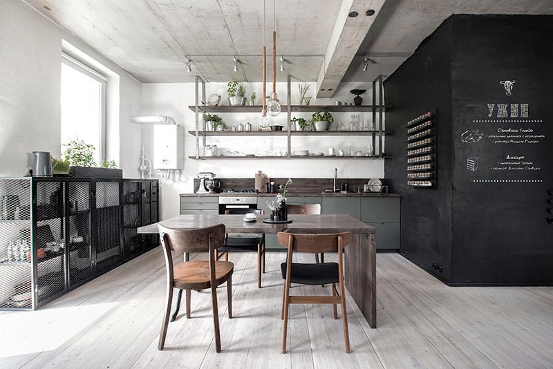 Tmavý jedálenský stôl