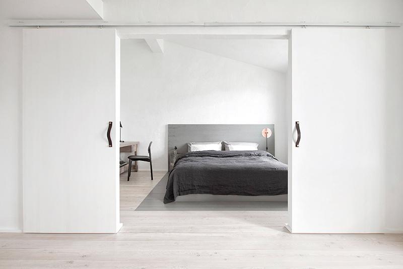 Spálňa s posuvnými dverami a manželskou posteľou