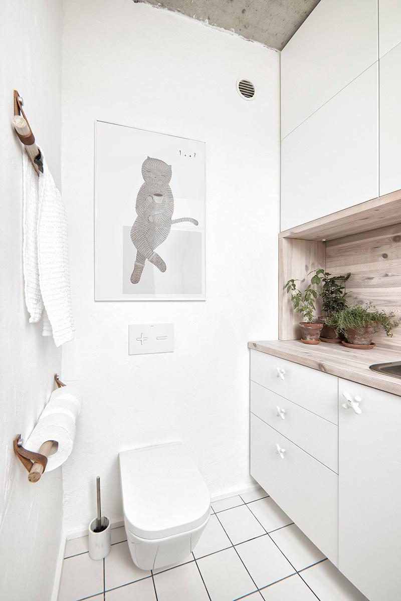 Biela kúpeľňa s drevom