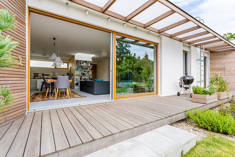 Drevo dokáže vytvoriť v interiéri neopakovateľnú atmosféru. Okenný profil Mirador 923 je momentálne najhrubšie vyrábané drevené okno na Slovensku, určené pre veľmi náročných zákazníkov so zmyslom pre šetrenie energií a životného prostredia. S použitím izolačného trojskla a trojitého tesnenia dosahuje výborné tepelnoizolačné vlastnosti. Pridanou hodnotou drevených okenných profilov je ich nízka ekologická náročnosť – od výroby cez používanie až po ich likvidáciu. Drevo, ktoré sa používa na výrobu týchto okien, pochádza zo slovenských obnoviteľných zdrojov, najmä z okolia Rajeckej doliny a Čierneho Balogu.