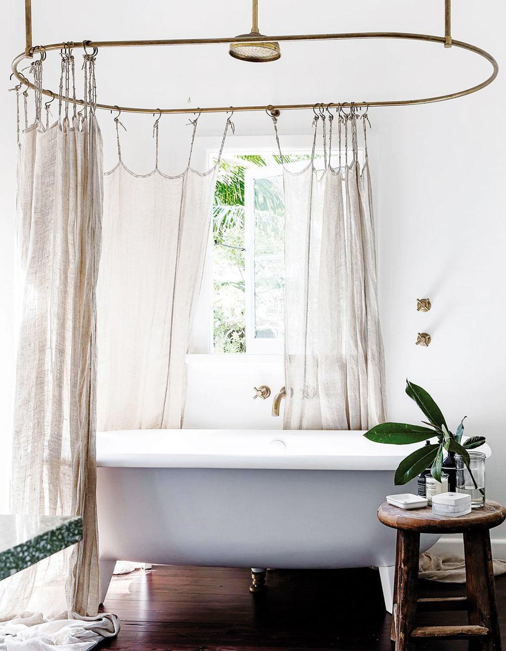 Kráľovský kúpeľ. Ak nemôžete prerobiť spálňu, doprajte si romantiku napríklad vkúpeľni. Samostatne stojaca vaňa sbaldachýnom premení obyčajnú sprchu na wellness.