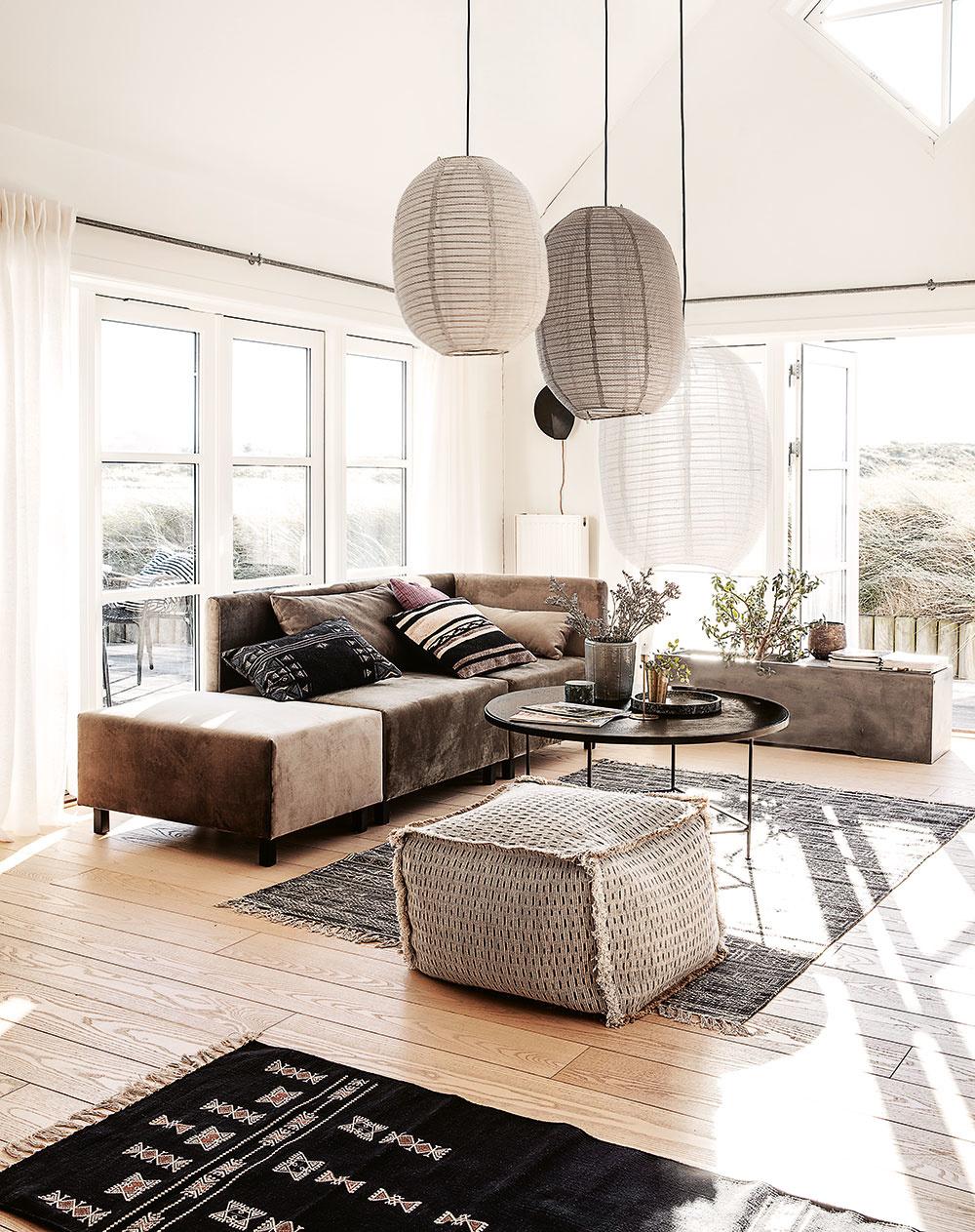 Vo veľkej obývačke môžete vytvárať samostatné zóny, ktoré podporíte osvetlením, ale aj kobercami. Koberec by mal mať takú veľkosť, aby sa naň zmestilo celé obývacie centrum – všetok nábytok, ktorý naň patrí. Niekedy postačí, aby na koberci stáli predné nohy tých najväčších kusov nábytku. Vo veľkých miestnostiach môžete vymedziť aj samotný tok, tzv. cestu. Vtedy použite väčšie koberce, ktoré ju ohraničia.