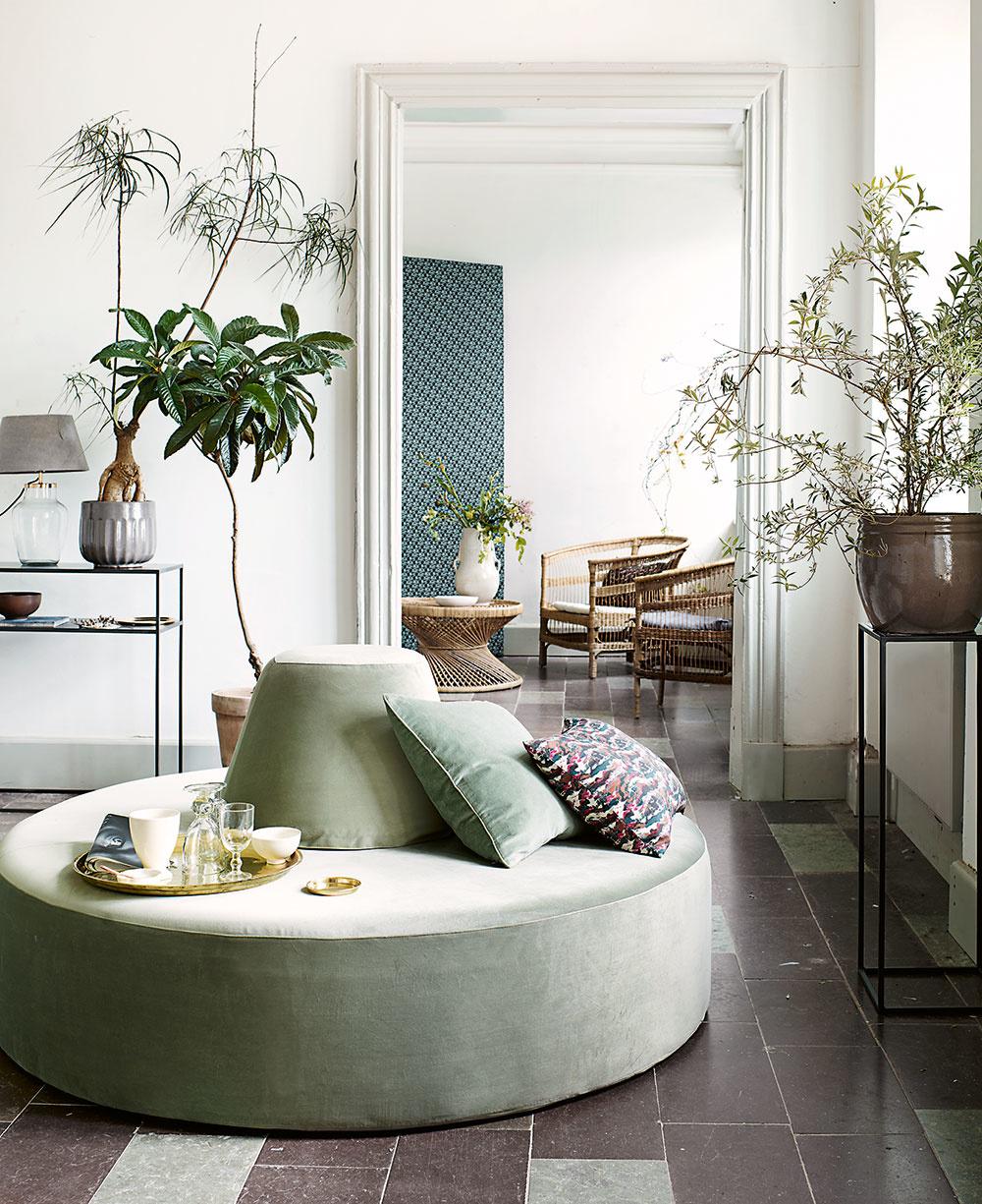 Veľký nábytok, veľké rastliny, veľké doplnky. Nie je nič lepšie pre veľkú obývačku. Veľké veci nebudú pôsobiť strateno anevýrazne. Nebojte sa použiť nadrozmerné obrazy, tie sklasickými rozmermi by tu zanikli. Rastliny môžu siahať od zeme pokojne až do dvoch metrov.