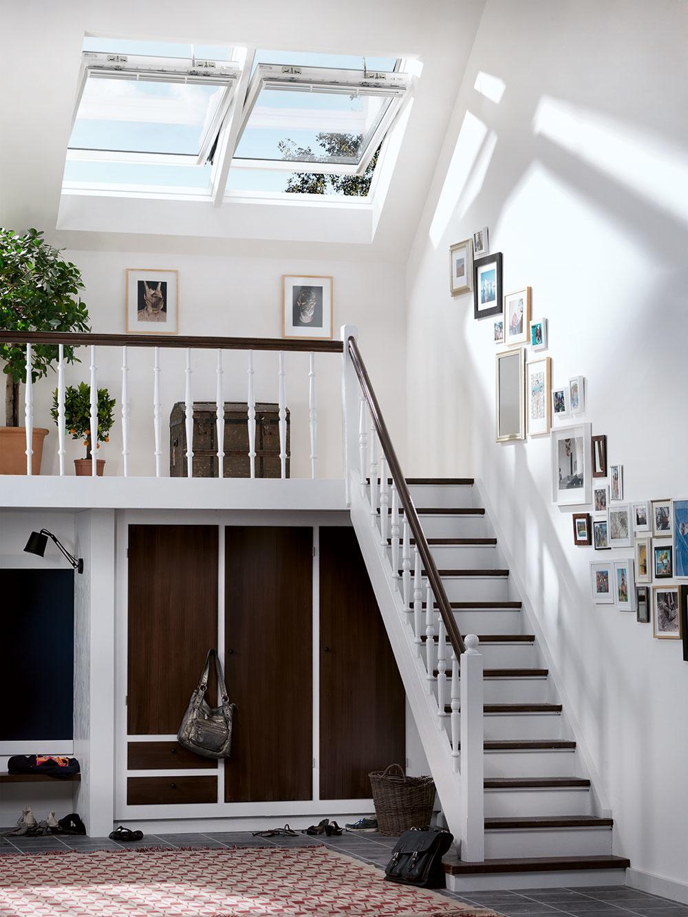 Najúčinnejšie je priečne prevetranie domu (oknami obrátenými na opačné svetové strany), ideálne je využiť pri tom aj tzv. komínový efekt – ten najlepšie dosiahnete pomocou strešných okien. Ak zároveň otvoríte čo najnižšie umiestnené fasádne okná na najchladnejšej (severnej) strane domu a strešné okná, chladný vzduch zvonka bude prúdiť naprieč celým domom. Podobný efekt dosiahnete v podkroví pomocou strešných okien umiestnených oproti sebe v rôznych výškach. V poschodovom dome je vynikajúcim riešením strešné okno nad schodiskom – pomôže nielen efektívne vyvetrať, ale denné svetlo privedie až na prízemie. Na tieto možnosti však treba pamätať už pri navrhovaní domu.