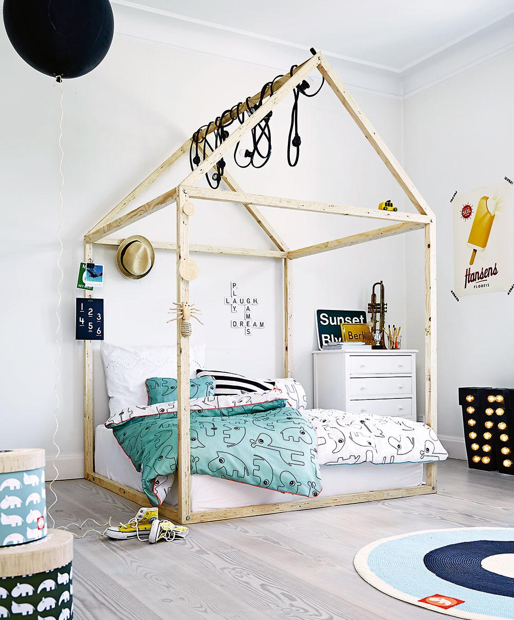 PRE KREATÍVNE DUŠE tu je nápad sdrevenou konštrukciou okolo postele. Menších obyvateľov určite poteší tvar domčeka, akeď vyrastú, strechu odstránite amôžete cez drevo prevesiť baldachýn alebo svetelné reťaze. Návliečky na obrázku sú od značky Done by Deer.
