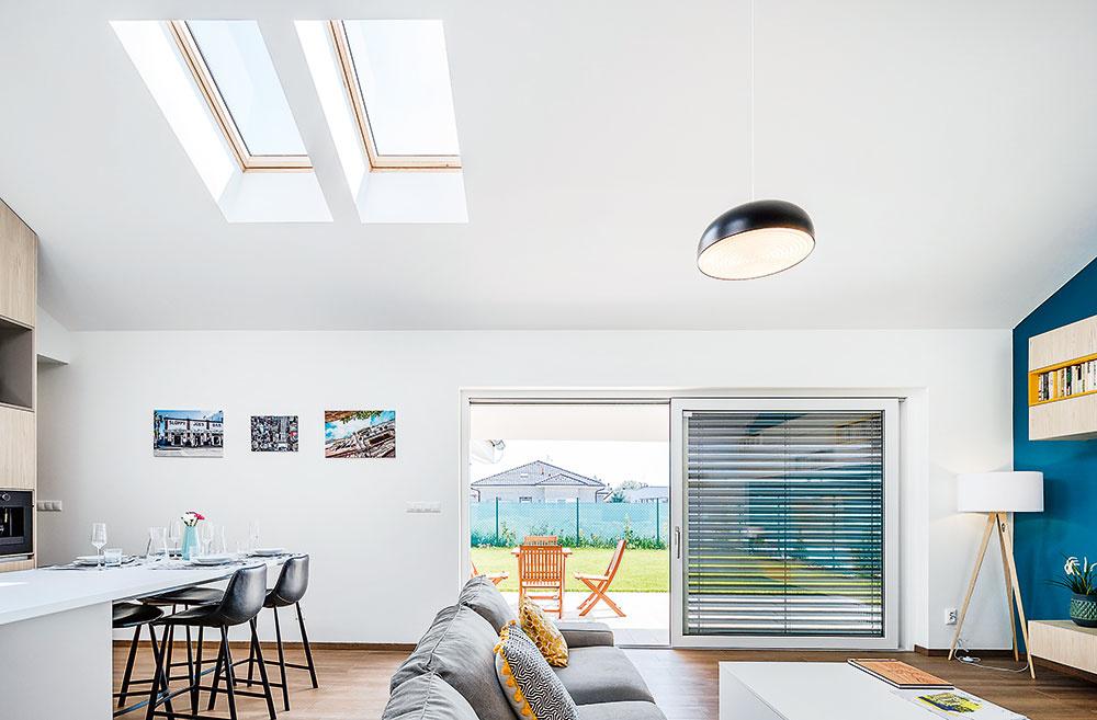 Denné svetlo bolo pre architektov prioritou – vďaka nemu pôsobí priestor celkom ináč aaj bývanie sa stáva príjemnejším.