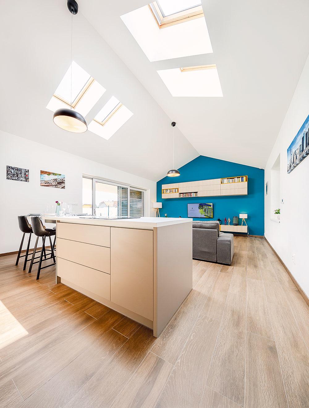 Štyri strešné okná, ktoré dopĺňajú bežné zasklené plochy na fasáde, vniesli do centrálneho priestoru dostatok denného svetla azároveň zaisťujú účinné vetranie, čo je príjemné nielen pri práci vkuchyni.
