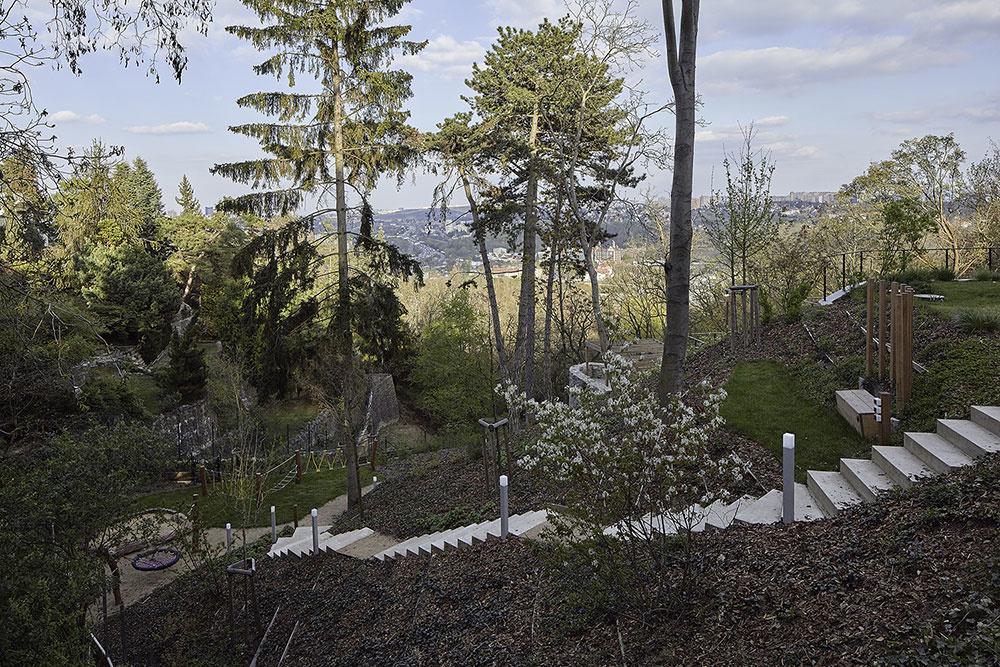 záhrada pred bytovým domom