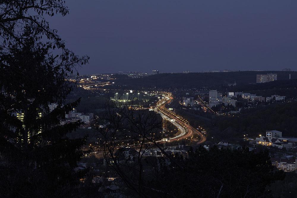 Výhľad z bytu na nočnú panorámu mesta
