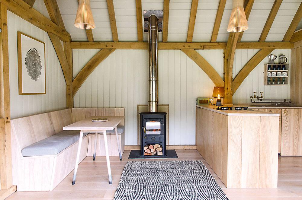 Aj interiér, v ktorom hrá hlavnú úlohu drevo, môže pôsobiť príjemne. Je však potrebné odľahčiť priestor aj farbou, aby pôsobil sviežo a drevina vynikla.