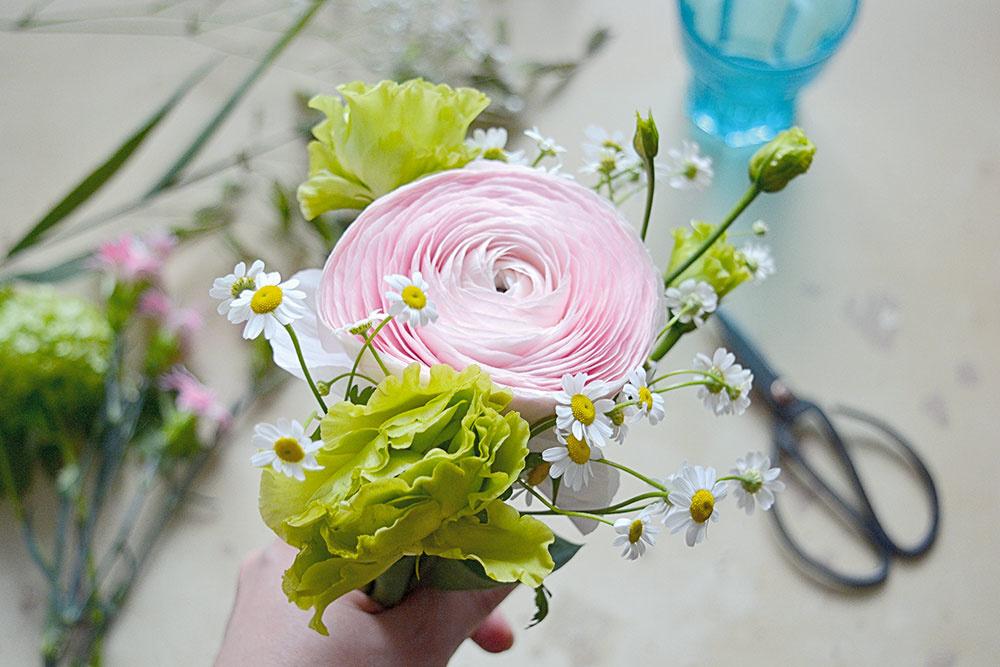kvety v ruke