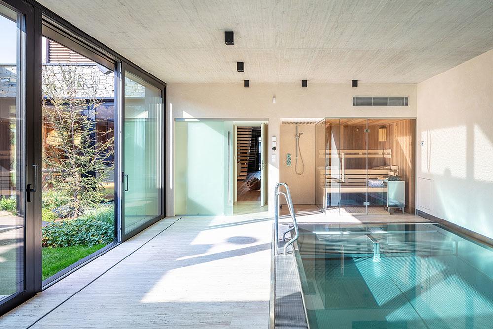 vnútorný bazén v rodinnom dome