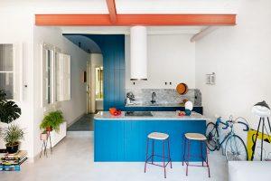 Biela, modrá, ružová: Moderná podoba starého bytu, ktorý si postupne zamilujete