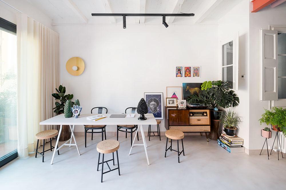 JEDÁLENSKÚ ČASŤ tvorí dlhý biely stôl a mix stoličiek. Čierne thonetky s prútenými sedadlami zachránil majiteľ pred vyhodením, menšie korkové taburetky sú zasa limitovaná edícia IKEA.