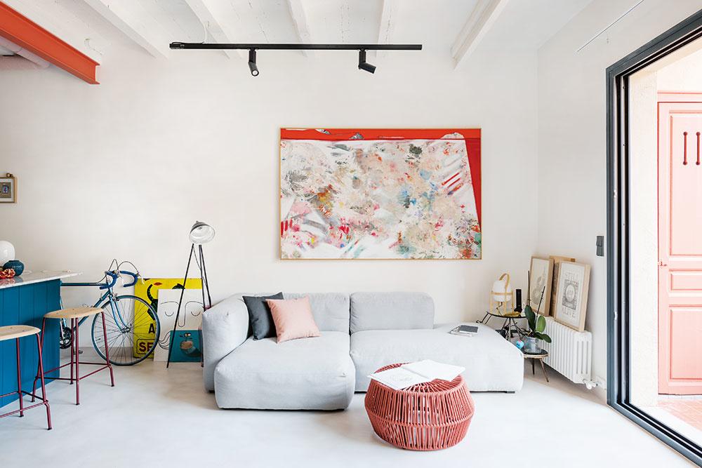 ODDYCHOVÚ ČASŤ vjednoducho zariadenej obývačke tvorí mäkká pohovka Mags aružový multifunkčný stolček ZigZag od značky Kettal. Výhľad smeruje do jedálenskej časti oproti atiež na terasu, kde sa nachádza menšie sedenie. Dôležité sú vtomto spoločnom priestore najmä umelecké artefakty, na ktorých si majiteľ zakladá.