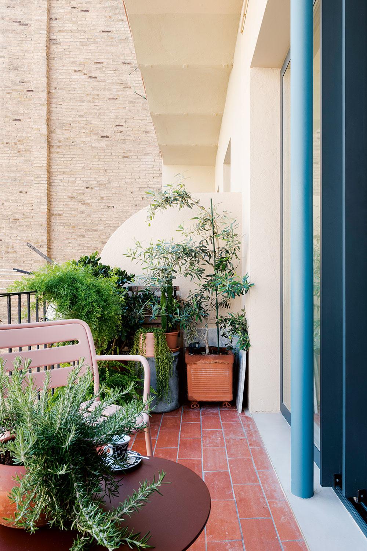 balkón s terakotovou dlažnou