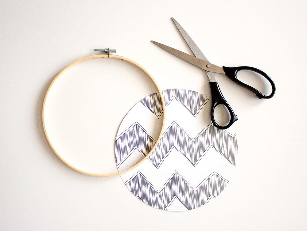 Vystrihnite nakreslený kruh. Dbajte na presnosť, aby papier po prilepení nepretŕčal.