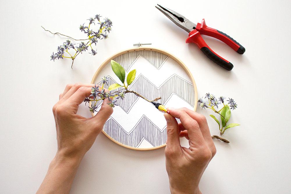Ak ste s výsledkom spokojní, kvety prilepte lepidlom a nechajte zaschnúť. Rámik zaveste na stenu alebo oprite na poličku.