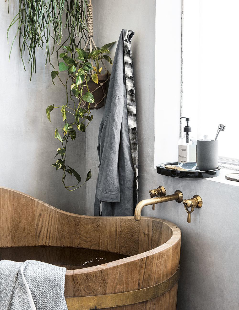 V minulosti sa bežne používali na kúpanie drevené kade alebo korytá. Ak vás láka výnimočnosť spojenia dreva a vody, niet sa čoho obávať. Drevo je ošetrené tak, že ho denný kontakt s vodou nijako nepoškodí. Na takúto sanitu sa zvyčajne poskytuje aj niekoľkoročná záruka.