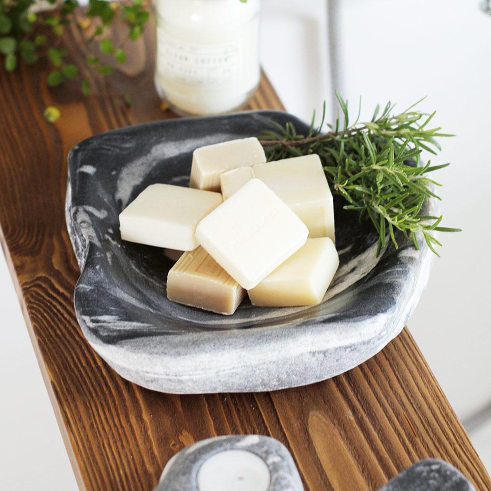 Ručne vyrobená miska z prírodného mramoru nájde v kúpeľni rôzne využitie – na mydlá, soľ, sviečky alebo len na dekoráciu. Za 35 € ju hľadajte na www.sashe.sk/PEBBLE.