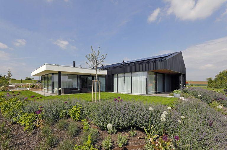 Inteligentný moderný dom so zjednotenou fasádou a strechou