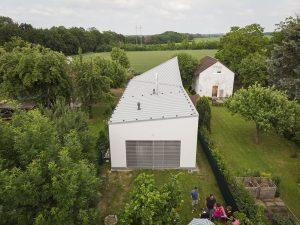 Aký dom postaviť na veľmi úzkom pozemku, aby plnil všetky funkcie moderného bývania?