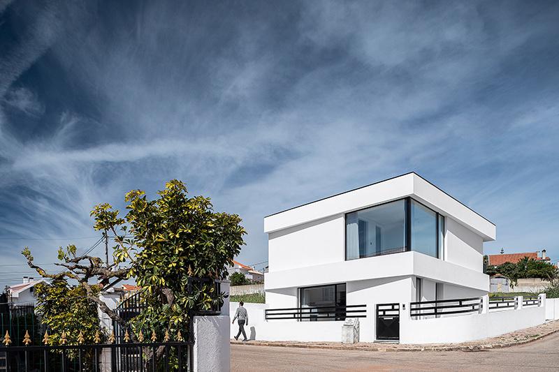 Elegantný rodinný dom očarí každého, kto má rád minimalistický štýl