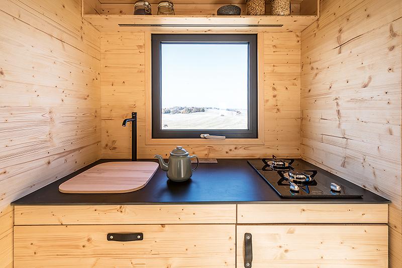 V kuchyni sú k dispozícii dva plynové horáky, antikorový drez aj vstavané elektrické zásuvky na ďalšie spotrebiče.
