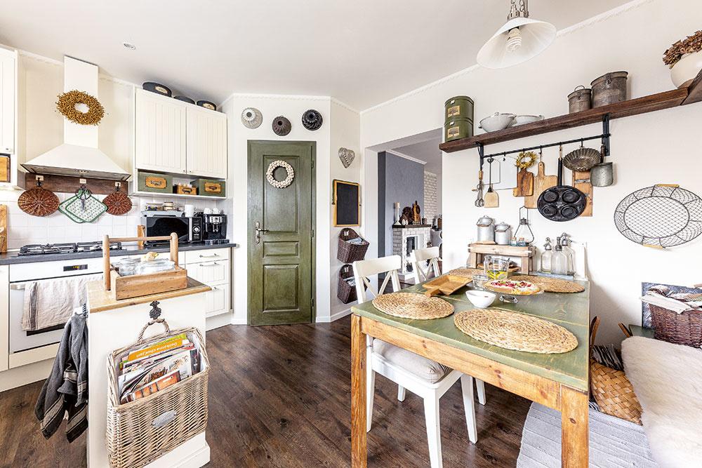 Každá miestnosť vdome je zámerne trochu iná. Kuchyňu charakterizuje farebná kombinácia maslovej bielej, tŕňovej zelenej adreva. Asi najvýraznejšie sa tu prejavujú prvky vidieckeho štýlu, ktorý je spoločným znakom celého domu.