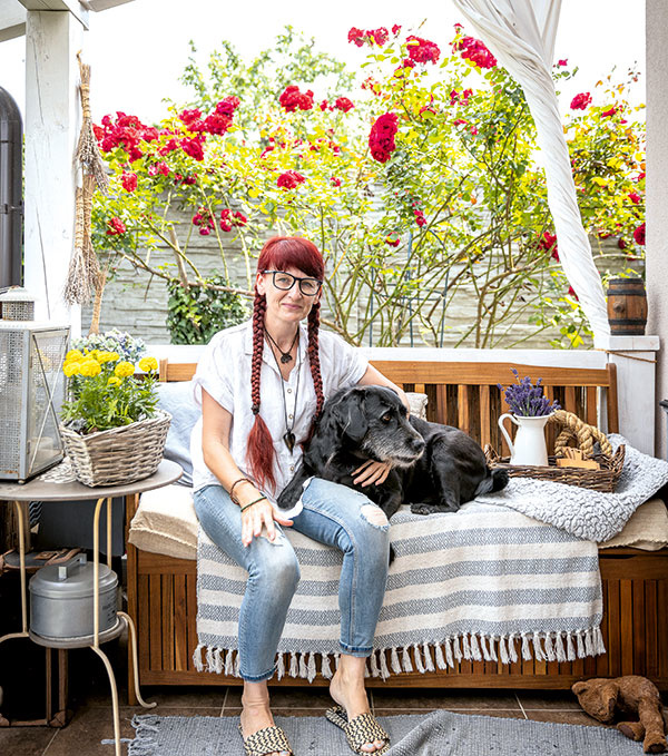 Danka so psom na terase domu
