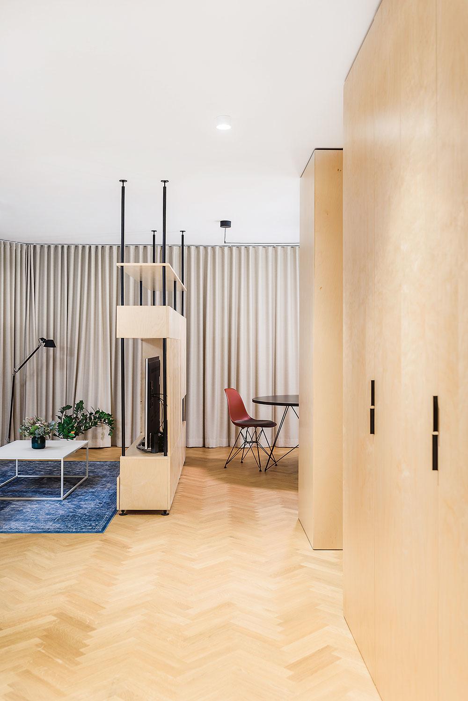 Jednotlivé zóny dennej miestnosti – obývačka, kuchyňa sjedálňou apracovňa – na seba nadväzujú tak, aby mohli spolu komunikovať, no zároveň má každá znich svoj jasne vymedzený priestor.