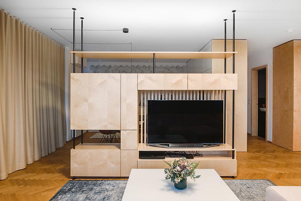 Nenásilnú hranicu medzi obývačkou akuchyňou tvorí vzdušná skrinková zostava, vyrobená na mieru podľa Nikolinho návrhu.