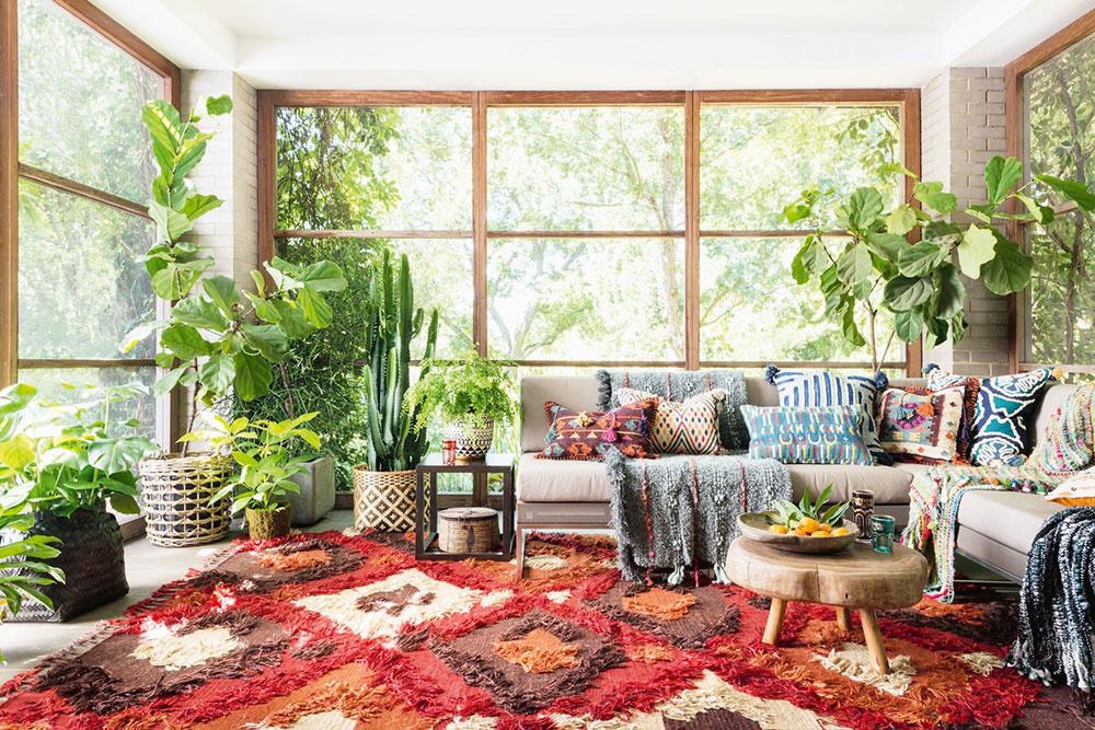 """ZABUDNITE na jednoduché adokonale zladené interiéry plné doplnkov vneutrálnych farbách. Je čas sa odviazať. Orientálne """"boho"""" musí doslova prekypovať farbami apestrými vzormi. Ako pozadie zvoľte prírodnú hnedú či béžovú, ktorú následne doladíte červenou, oranžovou, žltou či tyrkysovou. Anezabudnite, že vtakýchto interiéroch nie je nikdy dosť živých kvetov arastlinstva."""
