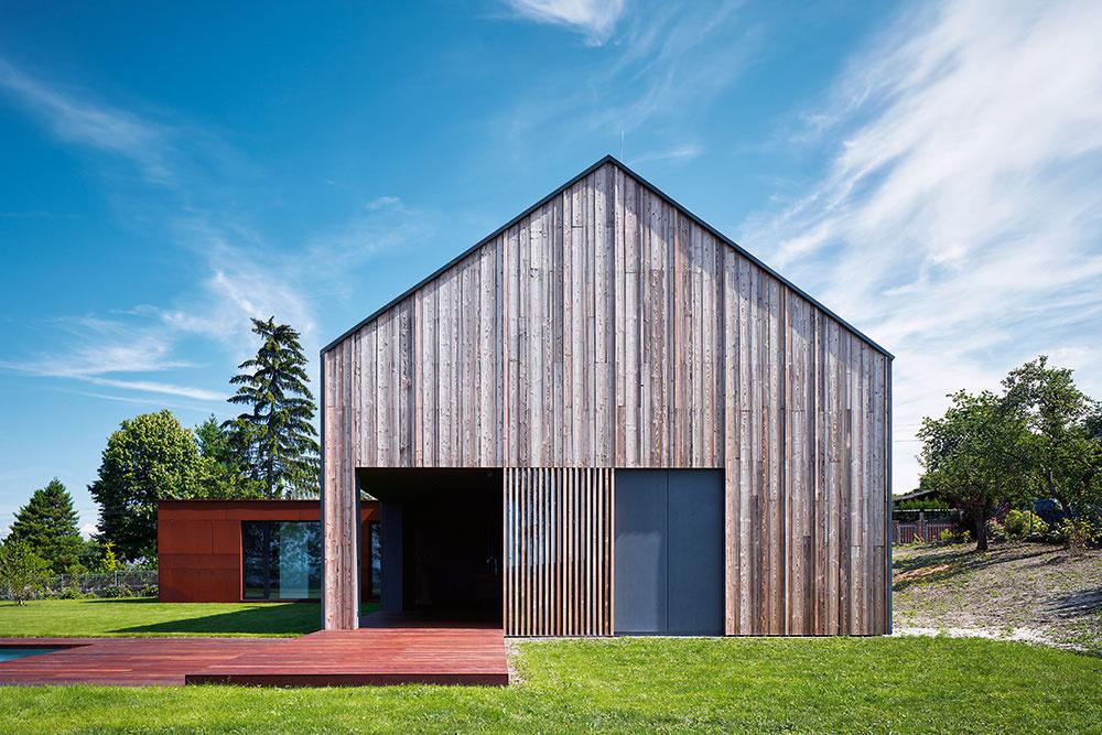 Na vonkajšie povrchy zvolili architekti materiály, ktoré ladia so štýlom typickej vidieckej architektúry. Zároveň sú to materiály, ktoré prirodzene starnú ačasom tmavnú. Stavba vďaka tomu dobre zapadne ako do kontextu pôvodnej zástavby, tak aj do okolitej prírody.