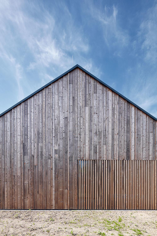Štítové steny obložené opaľovaným smrekovým drevom