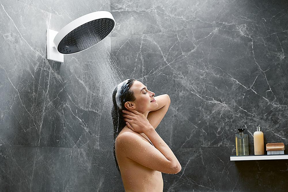MAJESTÁTNE HLAVICE. Pocit, ako by ste stáli vhustom daždi, docielite, keď sa postavíte pod veľkú sprchu zradu Rainfinity od značky Hansgrohe. Je navrhnutá pre náročných milovníkov dizajnu awellness amá špeciálne typy dýz, vrátane tých najjemnejších a najtichších. Prúd sprchy obklopí celé vaše telo avďaka možnosti naklonenia hlavice sa môže vyhnúť oblasti hlavy atváre.