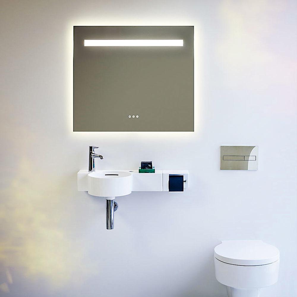 SVIETIACE ZRKADLO. Značka Laufen pridala do svojej ponuky aj kolekciu zrkadiel Leelo. Vznikol ta flexibilný rad, ktorý do kúpeľne prinesie pohodlie asvetlo zároveň. Všetky modely majú integrovaný horizontálny LED pásik vhornej časti, ktorý osvetľuje nielen zónu osobnej starostlivosti, ale aj samotného používateľa, ato všetko jemne, bez oslnenia. Zrkadlo je vponuke vrôznych veľkostiach averziách ovládania.