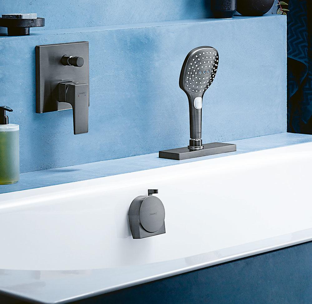 VYŤAHOVACIA SPRCHA. Po kuchyni priniesla spoločnosť Hansgrohe úspešný systém sBox aj do kúpeľne. Ten umožňuje jednoduché abezpečné vytiahnutie izasunutie sprchovej hadice. Jednoduchá je aj jeho inštalácia. Podmienkou je, aby bol okraj vane širší ako 71 mm. Hadica má dĺžku 1,4 m azabezpečí maximálne pohodlné sprchovanie vo vani aj vsede. Tento praktický systém je obľúbený aj vrodinách smalými deťmi.