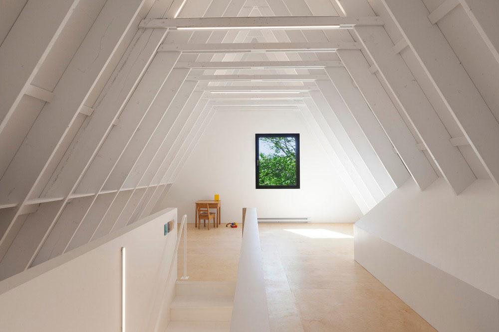 Vrchné podlažie s výrazným bielym krovom