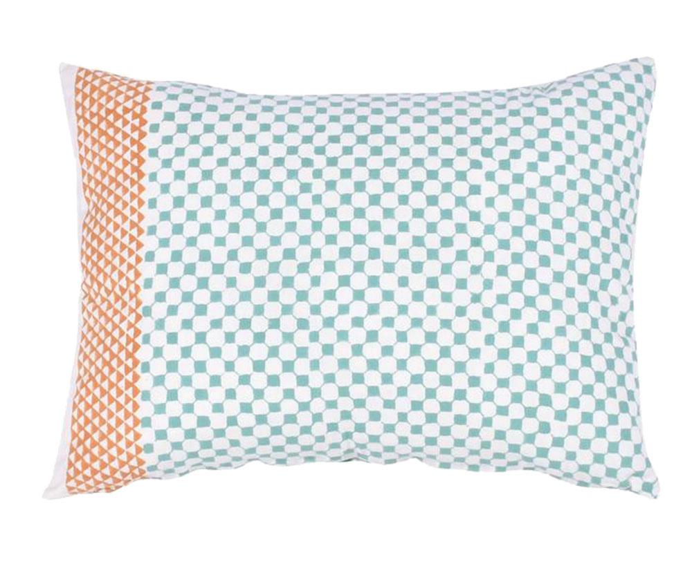 Vankúš Octogonal, 100 % bavlna, 40 × 60 cm, prať na 40 °C, 40 €, www.westwing.sk