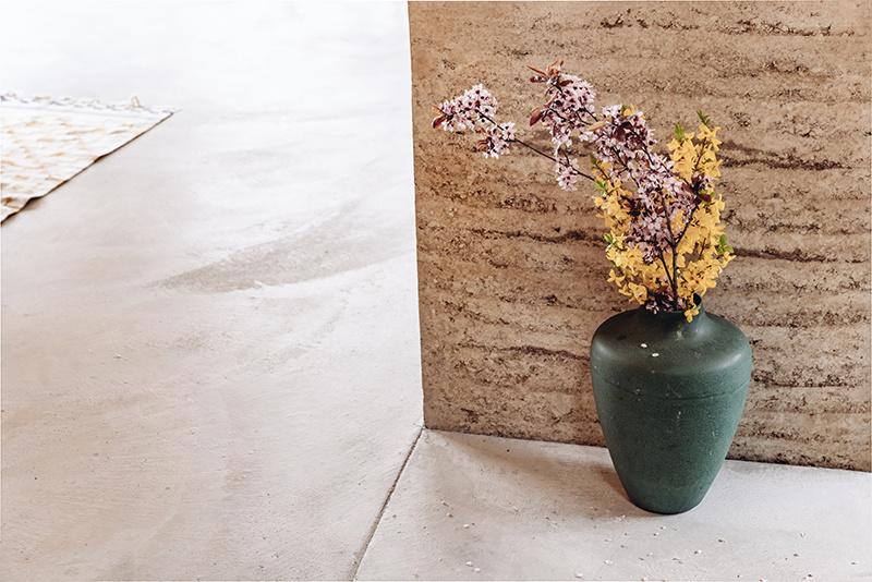Tmavozelená váza s dekoračnou kyticou