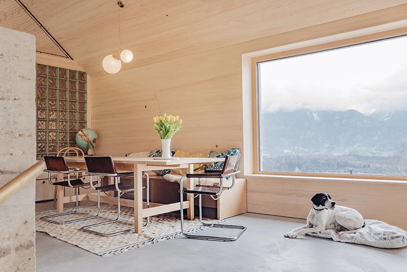 Jedáleň v drevostavbe a veľké francúzske okno