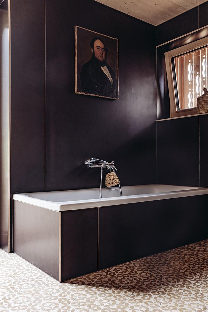 Čierna kúpeľňa so vzorovanou dlažbou