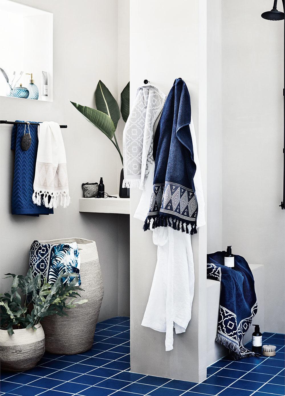 KÚPEĽŇA. Kde inde, ako práve vkúpeľni, sa dokážete maximálne vyhrať smotívom vody? Osušky, uteráky, predložky, ale aj obkladačky vžiarivej modrej farbe kombinované sbielou či svetlou, jutový kôš na bielizeň, kde-tu nejaká živá rastlina avaša kúpeľňa bude pôsobiť naveky sviežo.