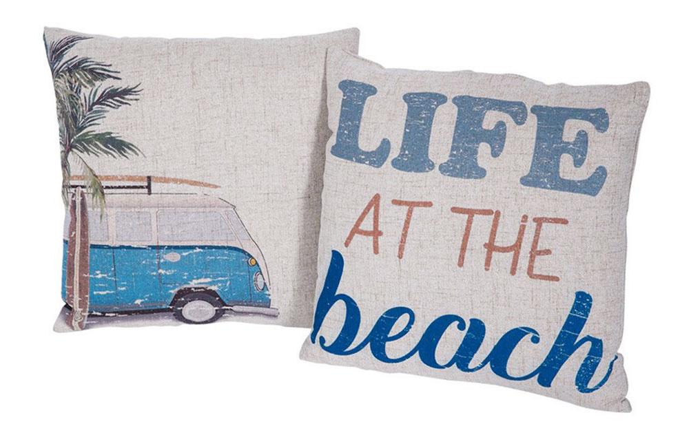 DOPLNKY. Práve pomocou nich si dokážete doma najjednoduchšie navodiť dojem morskej atmosféry. Vankúše, obrazy, fotografie, textílie... Čokoľvek, čo vám bude evokovať pláž aprinesie kvám domov závan leta atepla.   Súprava ľanových vankúšov Beach, 45 × 45 cm, 59 €,